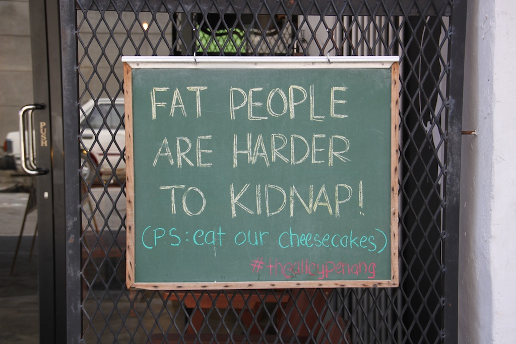 Fat people are harder to kidnap! (PS: eat your cheesecakes) står der på skiltet