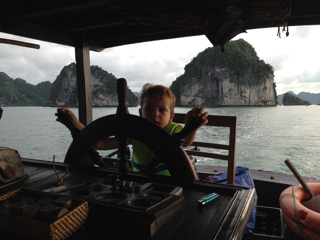 Oskar bag roret i Halong Bay